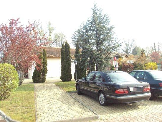 Ibis Bordeaux Saint Emilion: El hotel visto desde la zona de aparcamiento.