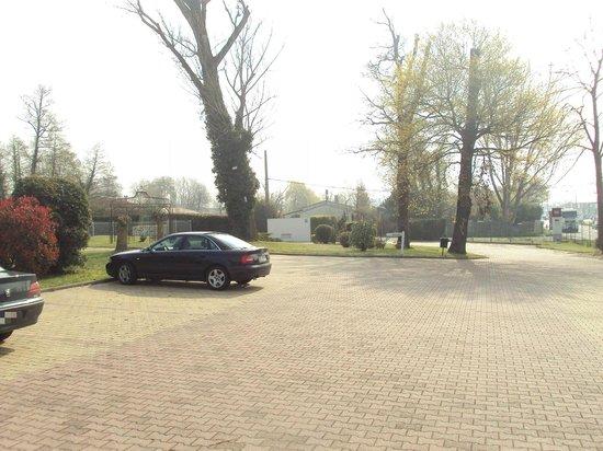 Ibis Bordeaux Saint Emilion: Zona de aparcamiento en el recinto del hotel.