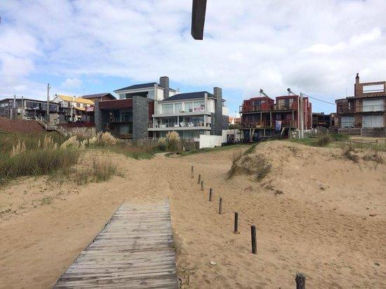 El Diablo Tranquilo Hostel: Vista da praia para o hotel