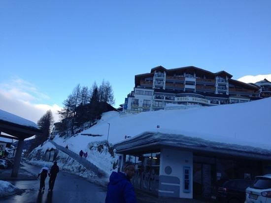 Austria Bellevue Hotel: Hotel Bellevue (see that steep path?!)