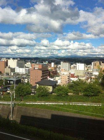 Toyota Municipal Museum of Art: 豊田スタジアムが窓から見える。豊田市美術館設計者の谷口吉生と豊田スタジアム設計者の黒川紀章は、どちらも丹下健三の門下生