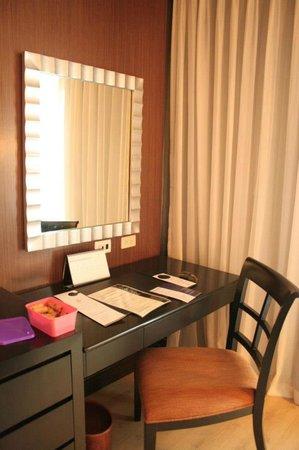 The Bellevue Manila: Work/Vanity area