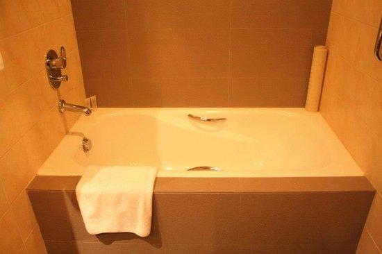 The Bellevue Manila: Bathtub