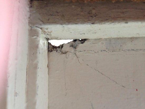 Solway Holiday Village : Hole in door