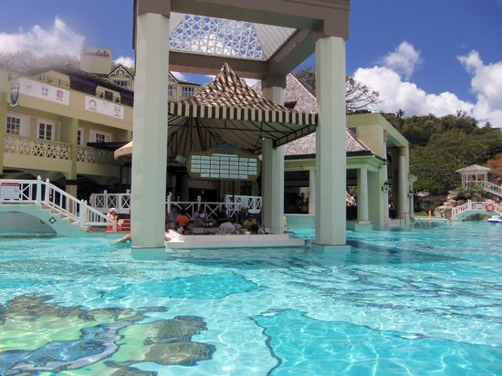 Sandals Regency La Toc Golf Resort and Spa: Swim up pool bar