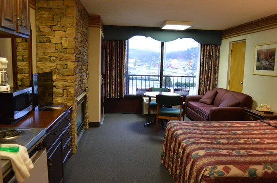 Riverside Motor Lodge: 2 bedroom queen suite with fireplace