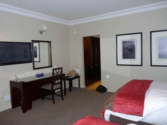 Indaba Hotel: La chambre comprend un bureau et un refrigérateur.