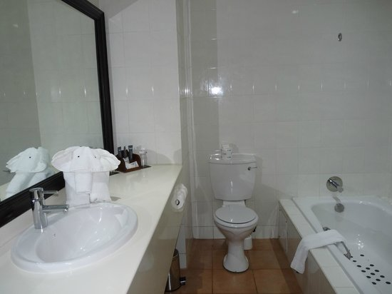 Indaba Hotel: La salle de bain est vaste et comprend un bain et une douche