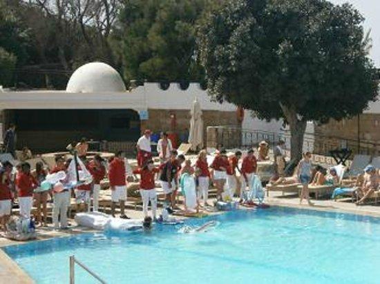 "Club Med Agadir : festosa gara di ""barchette""  in piscina"