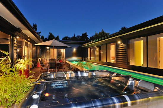 Watea Lodge: Central courtyard with outside lounge furniture, dining area, lap swimming and spa pool