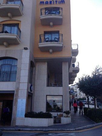 Maritim Antonine Hotel & Spa : Depuis l arrêt de bus ! Très près donc!