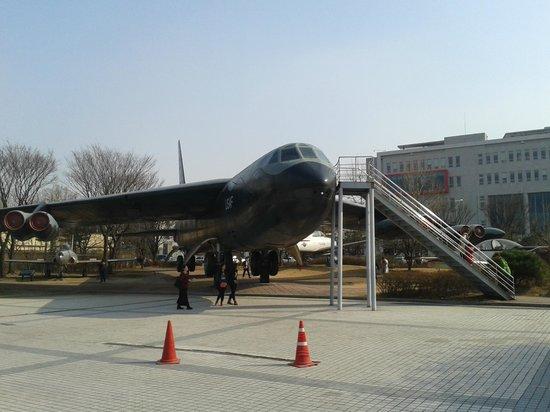 Monumento de Guerra de Corea: Avião exposto na parte externa
