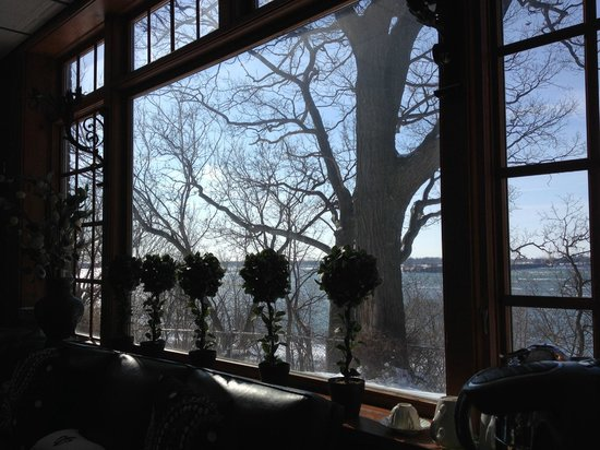 Hillcrest Inn: Stunning river view from the breakfast room