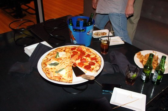 High Rollers Luxury Lanes and Lounge: pizza