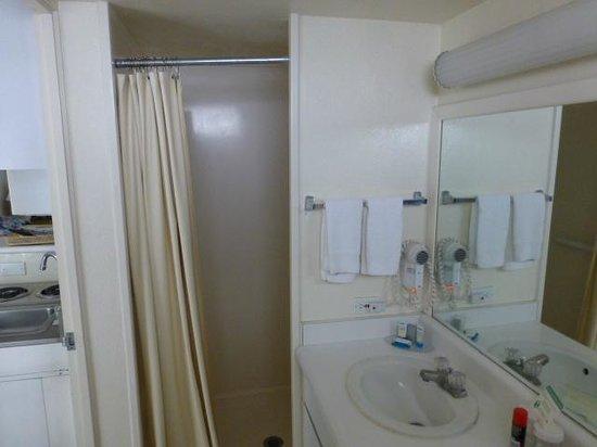 White Sands Hotel: Bathroom View 2