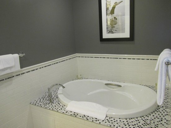Hume Hotel & Spa: soaker tub