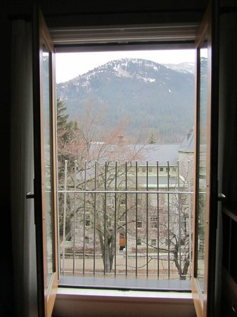 Hume Hotel & Spa: View of courthouse and mountain from French doors