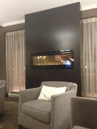 Best Western Plus Ottawa Downtown Suites: waiting by the fire place