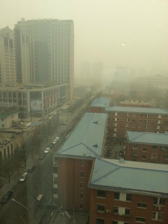Holiday Inn Express Beijing Dongzhimen: View from room. That´s really bad smog!