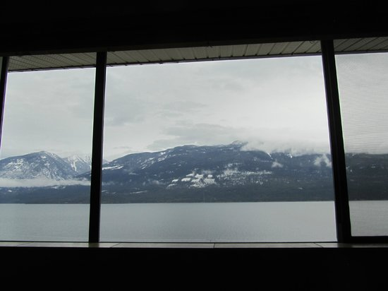Ainsworth Hot Springs Resort : Beautiful view of the lake and mountains