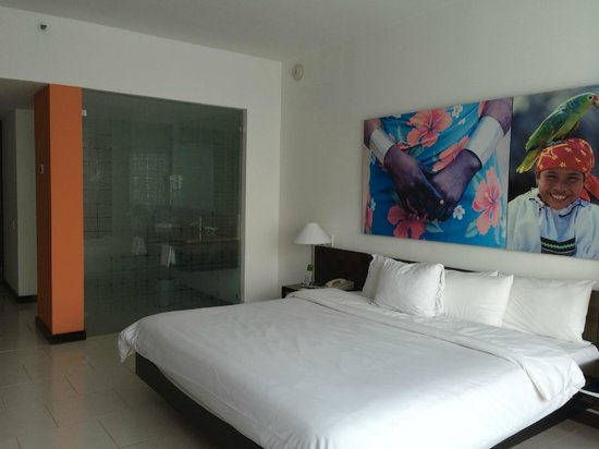 Radisson Decapolis Hotel Panama City: Bedroom with Bathroom