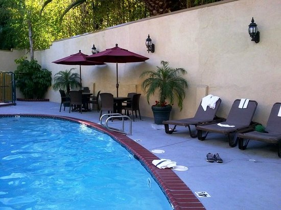 Best Western Hollywood Plaza Inn: Pool and hot tub area - faces the parking lot