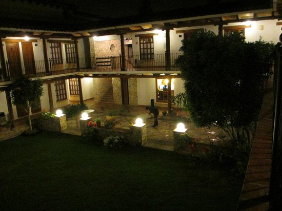 Hotel Parador Margarita: Court Yard at Night
