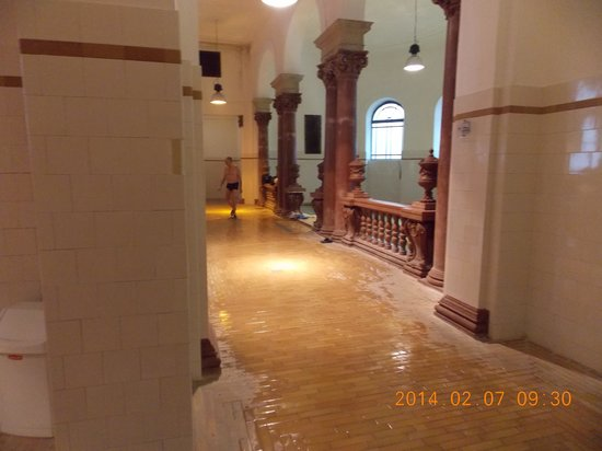 Széchenyi Baths and Pool : Acesso às piscinas interiores