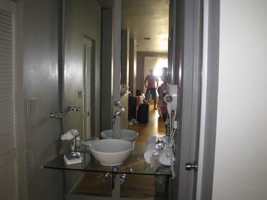 Nassau Suite Hotel: Ante baño