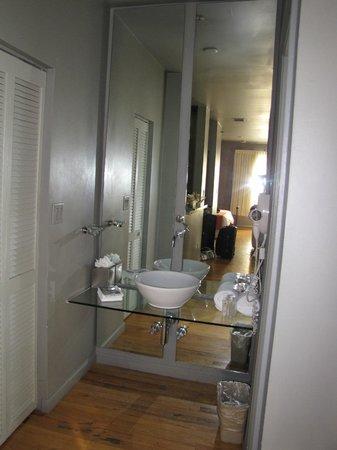 Nassau Suite Hotel: baño comodo