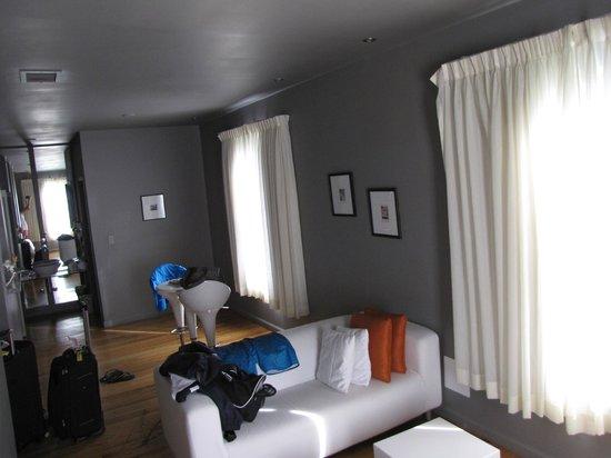 Nassau Suite Hotel : pequeña mesa enla zona de estar