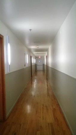 Nassau Suite Hotel : corredor hacia las habitaciones