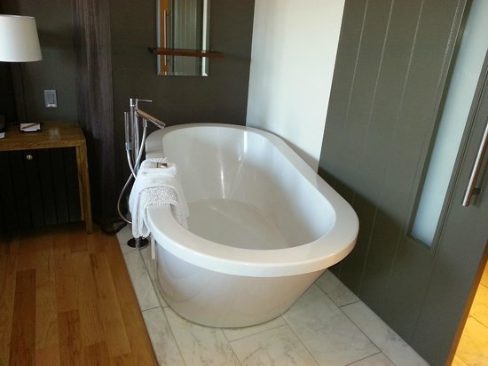 Andaz Napa: Bathtub in bedroom