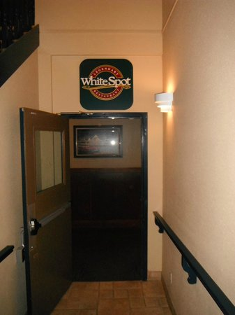 BEST WESTERN PLUS Country Meadows Inn: Walkway to Restaurant