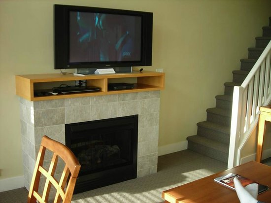 The Cove Lakeside Resort: Flat screen TV and electric fireplace in living room