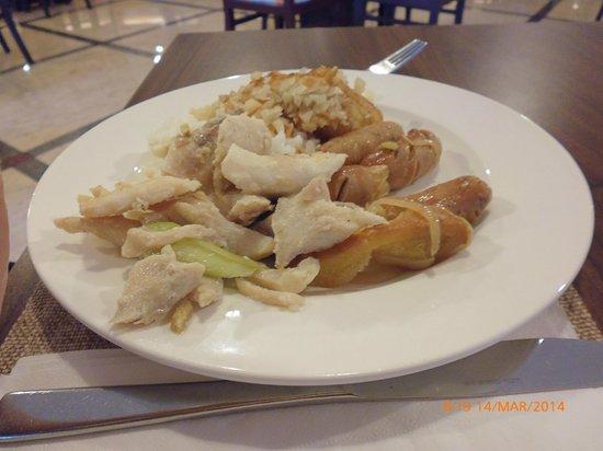Swiss-Belinn Panakkukang Makassar : breakfast with beef sausages, mashed potato and fried snapper