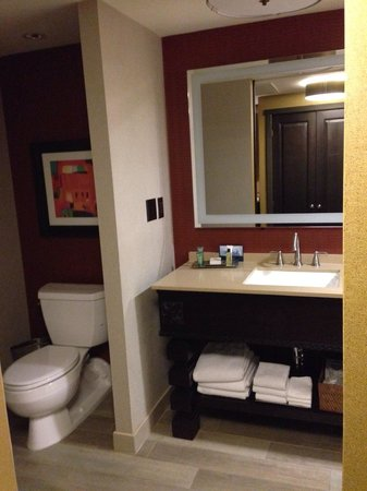Hilton Santa Fe Historic Plaza: Beautiful basic room and bathroom.
