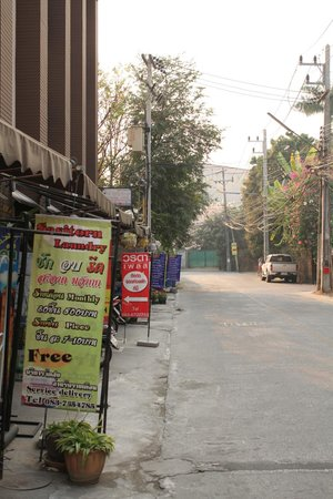 Varada Place: Laundry and shops next to the hotel