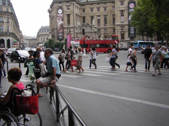 Galeries Lafayette Haussmann: Praça defronte às Galeries Lafayette em Paris