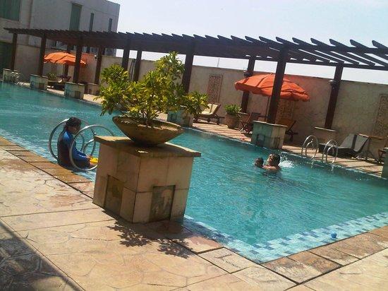 Grand Surya Hotel Kediri: kolam dewasa yang sangat luas