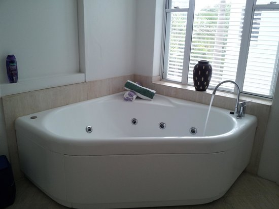 Noosa Blue Resort : Beautiful Spa Bath at the end of our bed in the 1bdrm penthouse.
