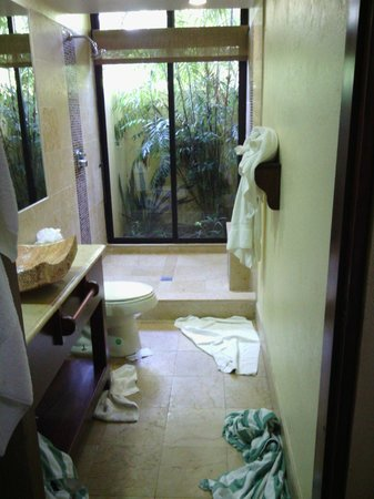 Sleeping Giant Lodge: Less grainy (but dirtied) bathroom