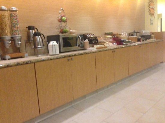 La Quinta Inn & Suites Dallas Love Field : Breakfast Line