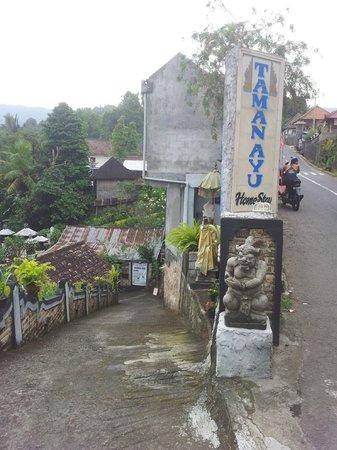 Taman Ayu Homestay : 숙소는 학교앞에 있다.