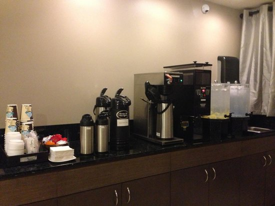 Vive Hotel Waikiki : Coffee, tea and water are all available 24/7. That is awesome for late night refreshment