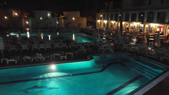Broncemar Beach: Pool at night