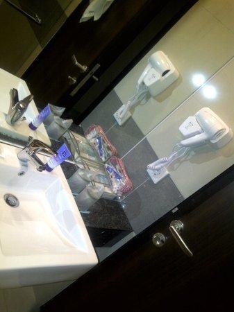 Hotel California Bandung: bathroom's sink and toilletries