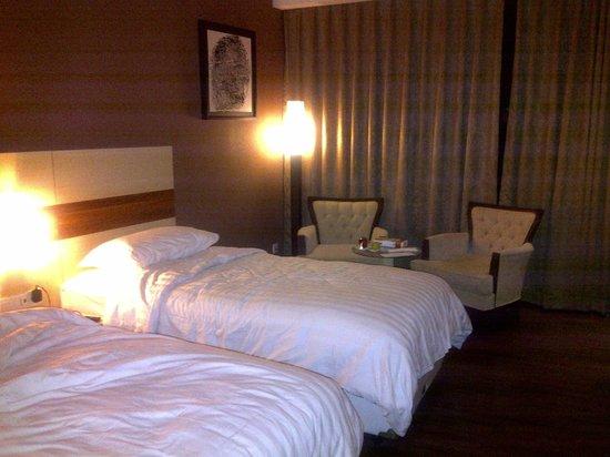 Hotel California Bandung: the bedroom seems big :)