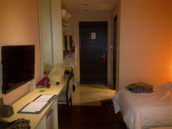 Hotel California Bandung: bedroom's door