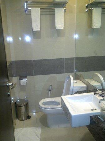 Hotel California Bandung: this is the bathroom :) CLEAAAAN ^^